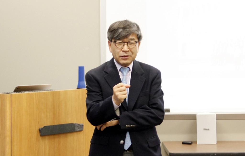 김동석 대표가 한인 정치참여의 중요성을 역설하고 있다.