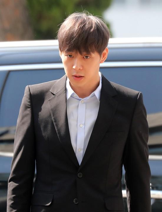 마약 투약 의혹을 받고 있는 가수 겸 배우 박유천씨(32)가 17일 오후 경기남부지방경찰청에서 조사를 마치고 경찰청을 빠져나오고 있다.