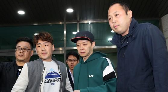 마약 투약 의혹을 받고 있는 가수 겸 배우 박유천씨(32)가 18일 오후 경기도 수원시 장안구 경기남부지방경찰청에서 추가 조사를 마치고 경찰청을 빠져나오고 있다.