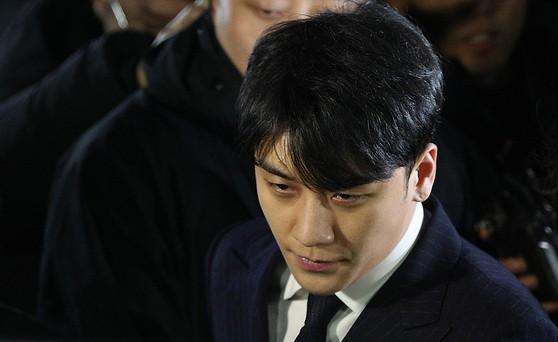 해외 투자자 성접대 의혹을 받고 있는 가수 승리(본명 이승현)가 15일 새벽 서울 종로구 서울지방경찰청에서 피의자 신분 조사를 마친 후 귀가하고 있다.