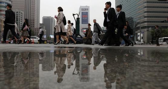 서울 광화문네거리에서 시민들이 출근하고 있다.