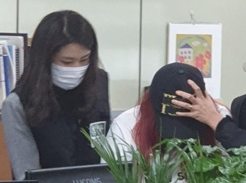 경찰이 '성추행 사실을 알렸다'며 중학생 의붓딸을 살해한 30대 계부에 이어 딸의 친모를 공모 혐의로 긴급체포했다. 사진은 친모가 유치장 입감을 위해 이동하는 모습