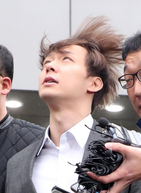 필로폰 투약 혐의를 받고 있는 가수 겸 배우 박유천 씨(32)가 26일 오후 경기도 수원시 영통구 수원지방법원에서 영장실질심사를 마치고 이동하고 있다.