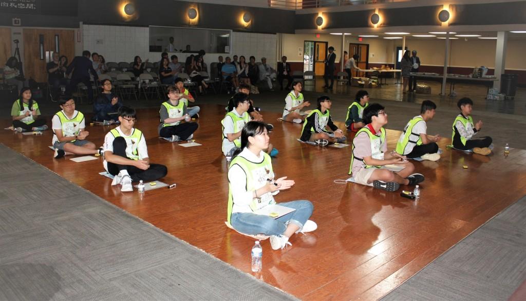 참가학생들이 진지하게 문제를 경청하고 있다.